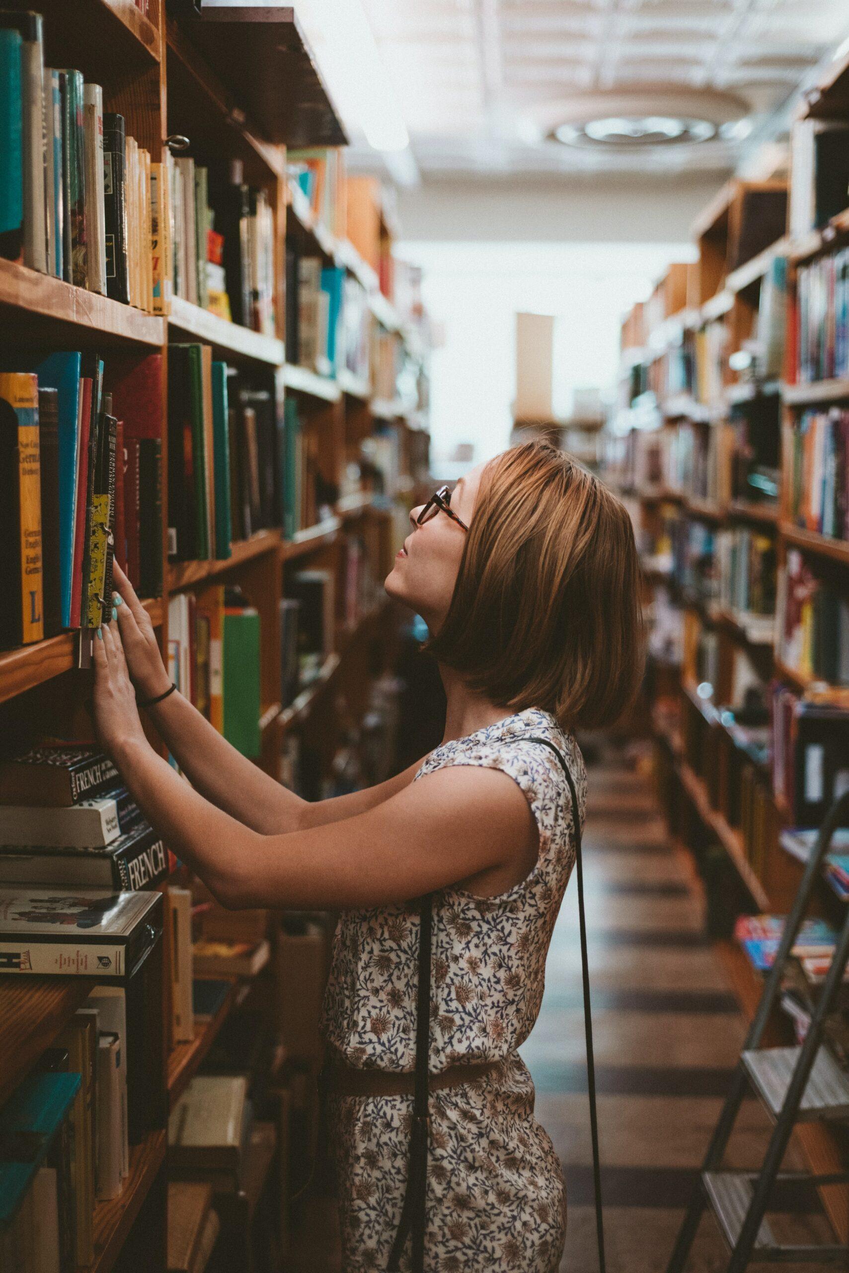 在圖書館找書的女孩