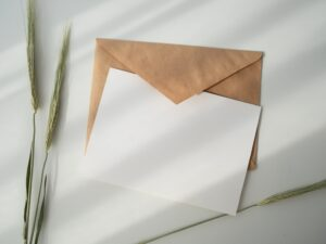 一張純白信紙搭配牛皮信封