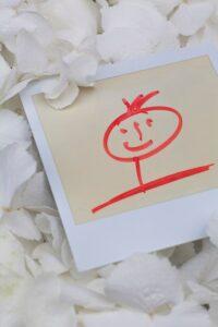 一張白色畫有紅色笑臉的信件